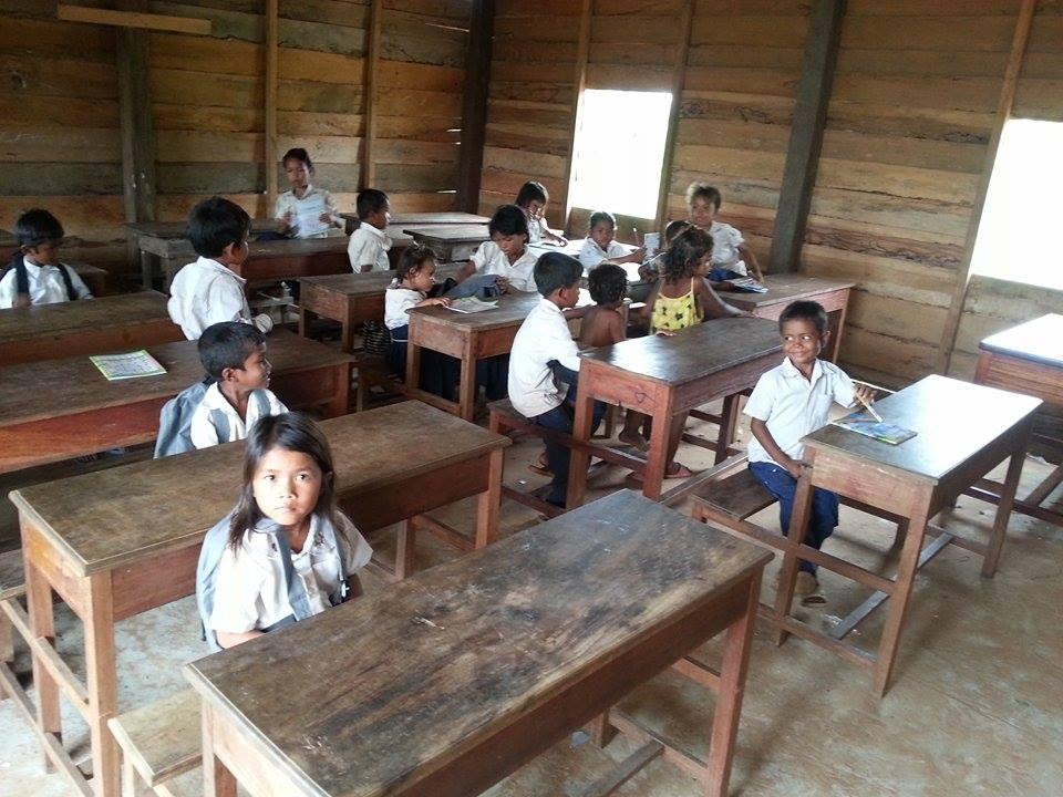 Schoolbankjes voor tweede lokaal helemaal af