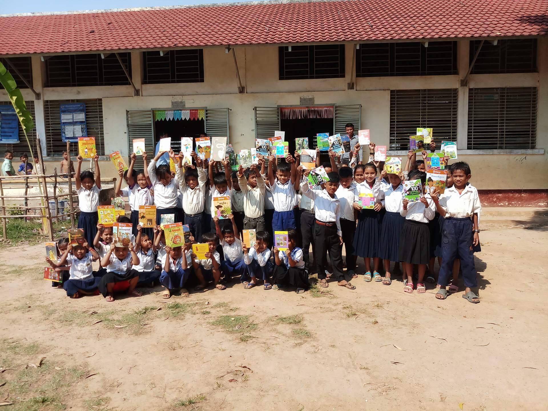 Bibliotheekje voor school in Phumthmey Village