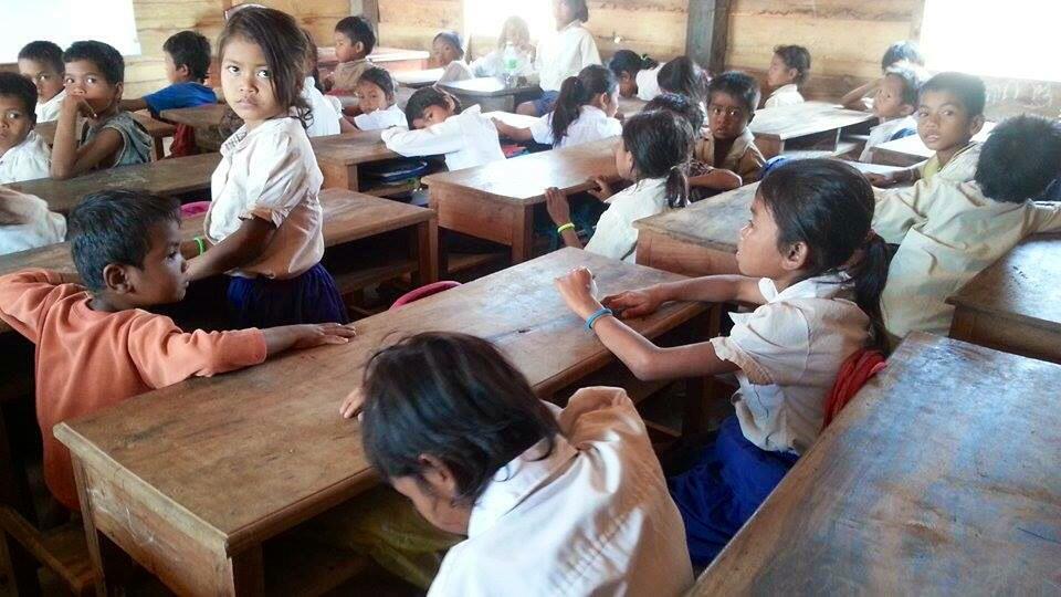 Schoolbankjes geleverd, onderwijs gestart!