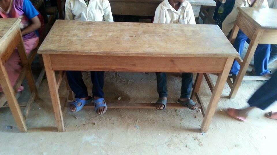 Foto's van de schoolbankjes en werkplaats